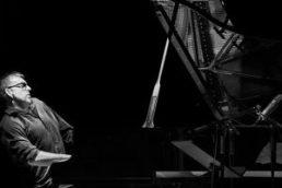"""Jazz in Ulm Very British – unter diesen Titel hat der Verein für moderne Musik Ulm / Neu-Ulm seine Konzerte für 2017 gestellt und wirft damit einen Blick auf das aktuelle Jazzgeschehen in Großbritannien. Montag, 13. Februar 2017, 20 Uhr, Stadthaus Ulm Huw Warren Quartet Huw Warren, p / Iain Ballamy, sax / Dudley Phillips, b / Zoot Warren, dr Den Auftakt zu """"Very British"""" bildet mit dem Waliser Pianisten und Komponisten Huw Warren ein der aktuell interessantesten zeitgenössischen britischen Musiker. Warren, vor einigen Jahren schon einmal mit dem New Yorker Stargeiger Mark Feldman im Stadthaus zu Gast, gilt als der Freigeist unter den britischen Jazzpianisten. Sein unverwechselbarer lyrischer Klang, der verknüpft ist mit einem innovativen und vielseitigen Herangehensweise an das Klavierspiel, haben ihm internationale Reputation eingebracht. Warren wurde mit dem BBC Jazz Award für Innovation ausgezeichnet, ebenso mit dem Creative Wales Award. Bekannt wurde er vor allem durch sein Trioprojekt Quercus mit Sängerin June Tabor und dem Saxofonisten Iain Ballamy. Ballamy ist auch im neuen Quartett von Warren dabei, das sich der Musik des argentinischen Saxofonisten und Flötisten Hermeto Pascoal widmet. Das Konzert wurde vom Bayerischen Rundfunk mitgeschnitten! Sendetermin Dienstag, 21. März 2017, 23.05 Uhr, Jazztime, BR Klassik"""